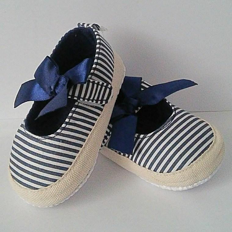 Zapatos para bebés. Antes de elegir un par de zapatos para tu pequeño, debes tener en cuenta que no podrán ser los mismos cuando gatea, empieza a ponerse en pie o da sus primeros pasos.